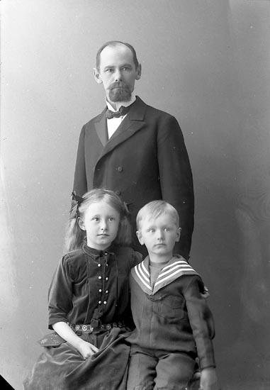 """Enligt fotografens journal nr 2 1909-1915: """"Holm, Postmästare Här""""."""