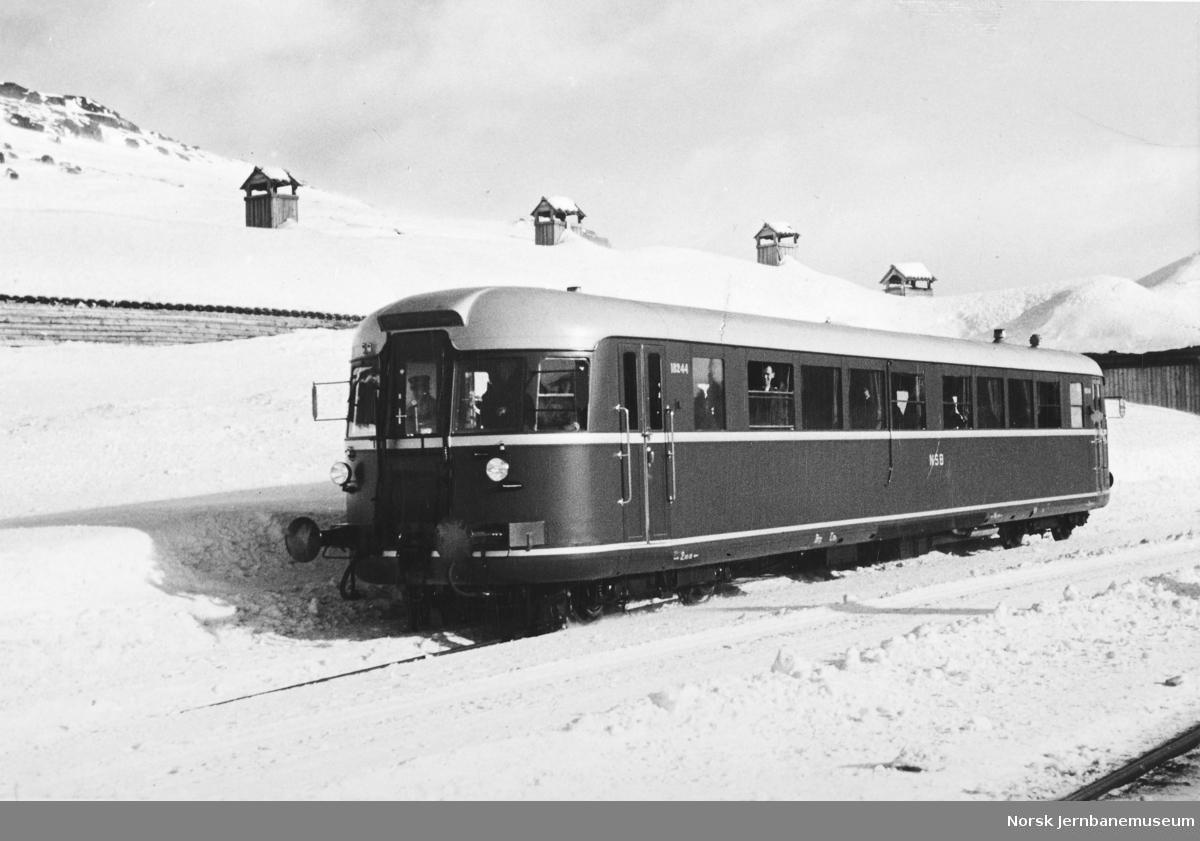 Ny dieselmotorvogn nr. 18244 (86.44) på Finse stasjon