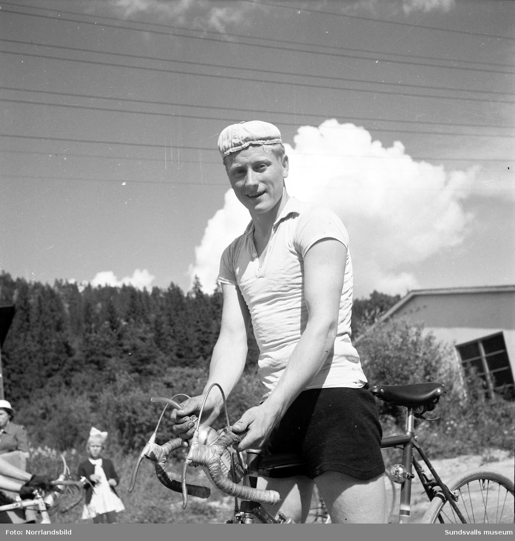 Skönsbergsloppet på cykel med målgång vid tennishallen.