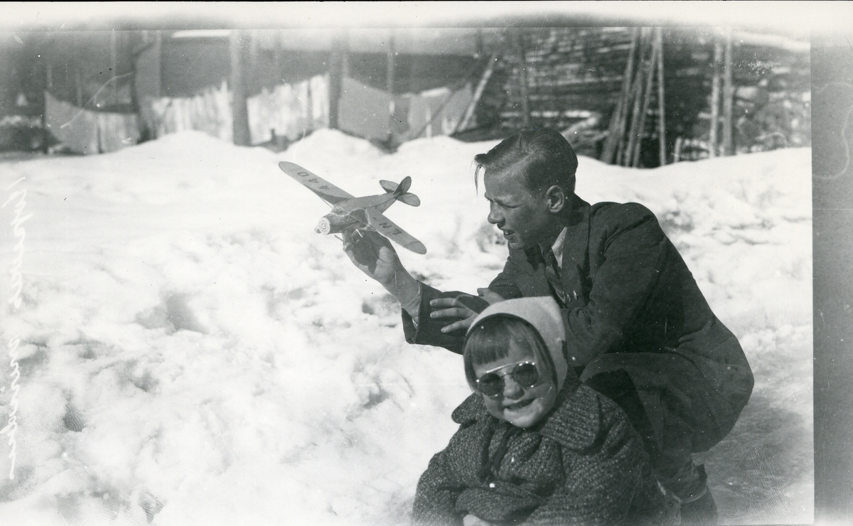 Nils Neste med modellfly, sammen med søster Anne Marie