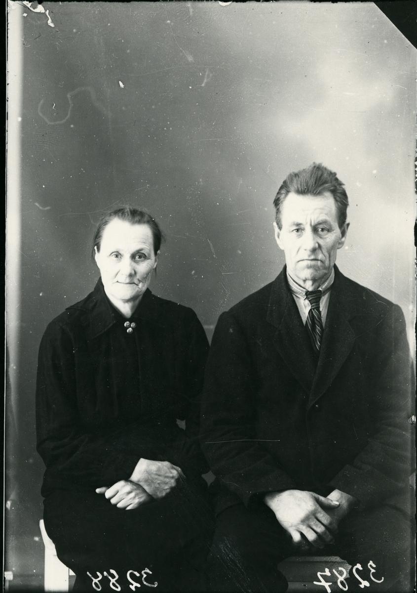 Søster og bror, sittende, lerretbakgrunn