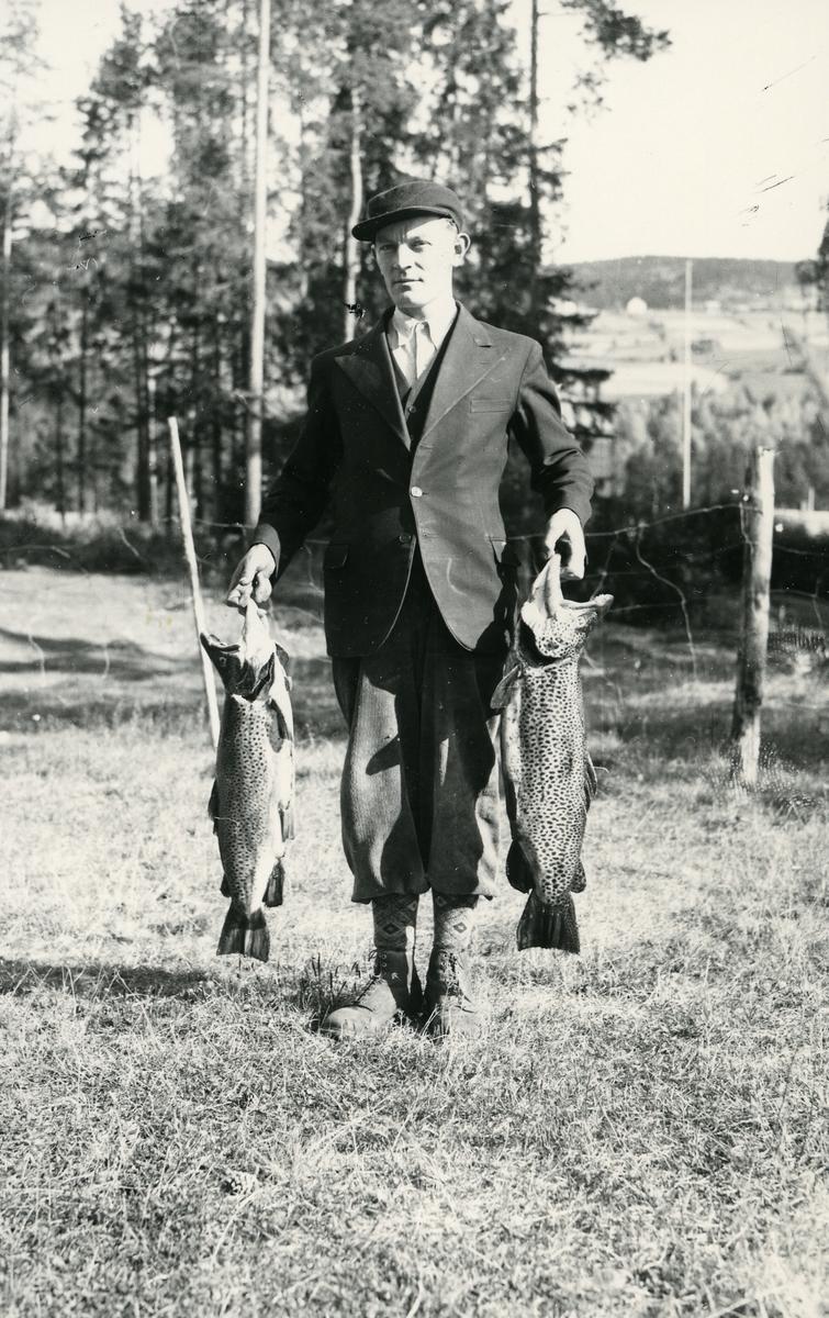 Mann med to fisker