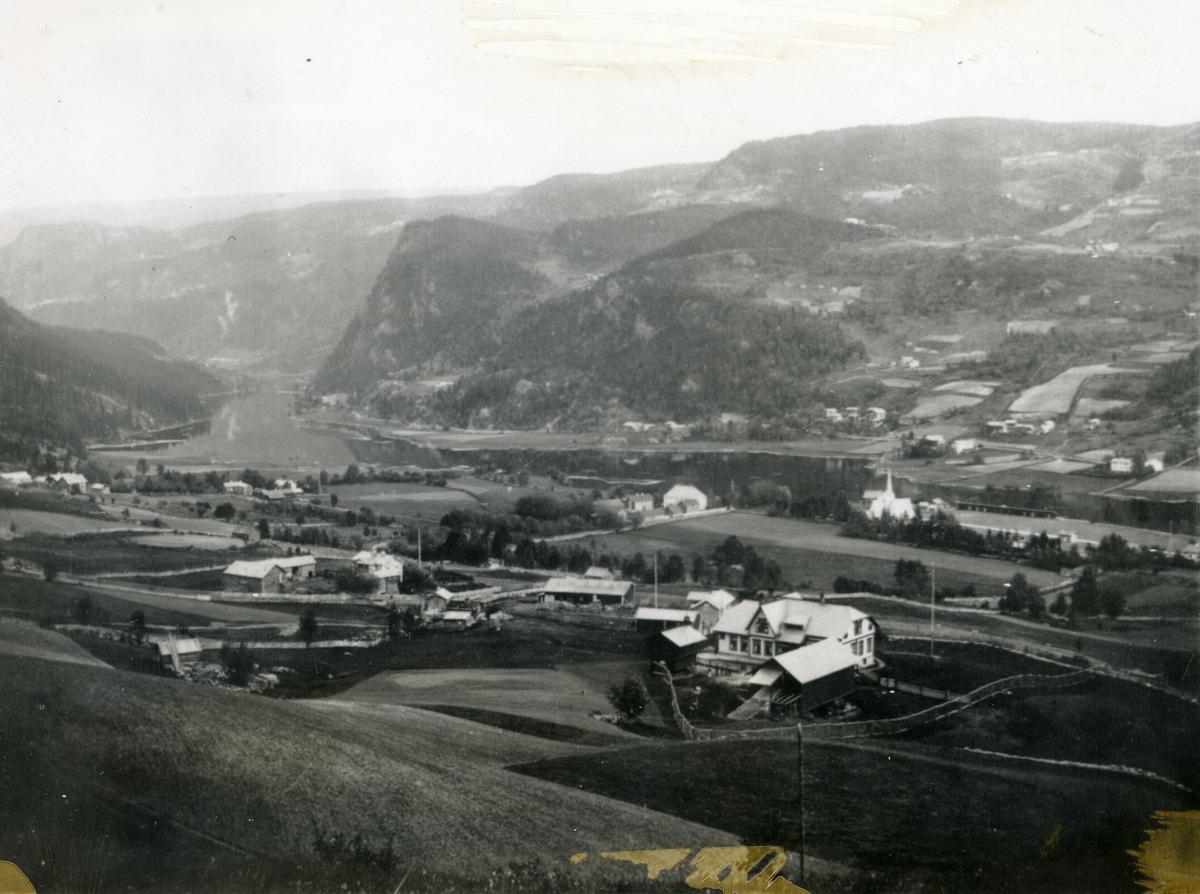 Utsyn over Bagn, sørover. Jordbrukslandskap og kyrkje