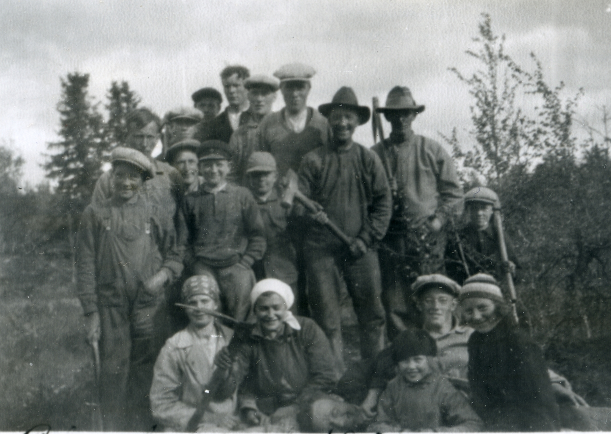 Born og ungdom oppstilt med arbeidsreidskap, i samband med skogplanting