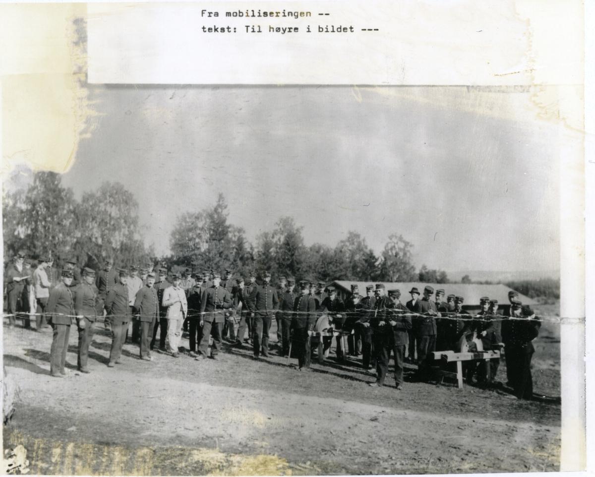 Soldatar under mobiliseringa i 1905. Sliping av bajonettar til høgre