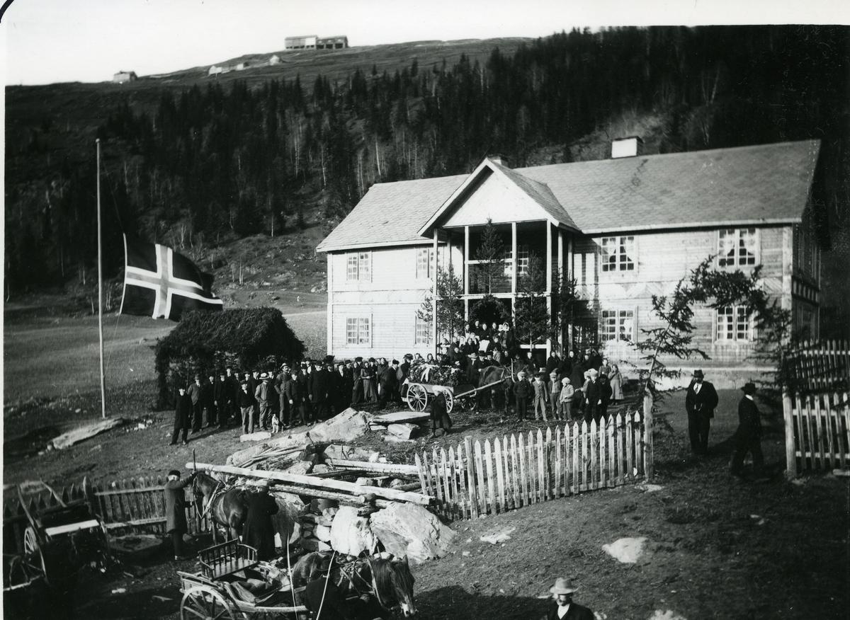 Gravferd på Viste, Røn i Vestre Slidre. Barhytte og det norske flagget uten unionsmerket.