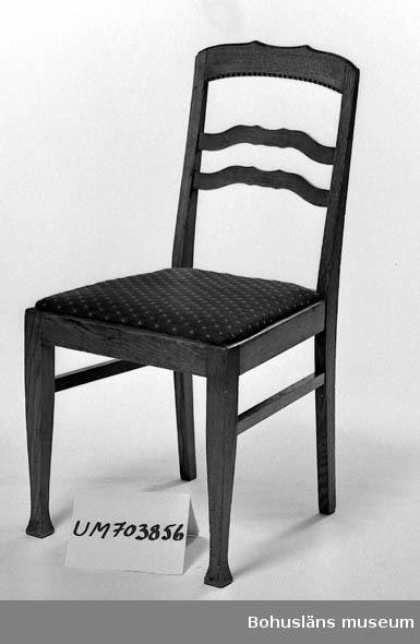 Ur lappkatalogen: Stol. Trä. Fernissat. Sitsen klädd med vinrött tyg. Ryggstödets höjd: 44 cm, benens höjd, 43 cm, sitsens mått: 35 x 43,5 x 41 cm.