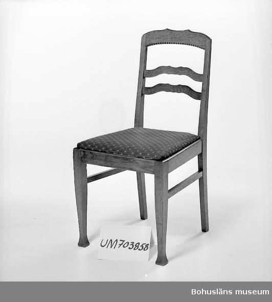 Ur lappkatalogen: Stol. Trä. Fernissad. Sitsen klädd med vinrött tyg. Ryggstödets höjd: 44 cm, benens höjd: 43 cm, sitsens mått: 35,0 x 43,5 x 41,0 cm.