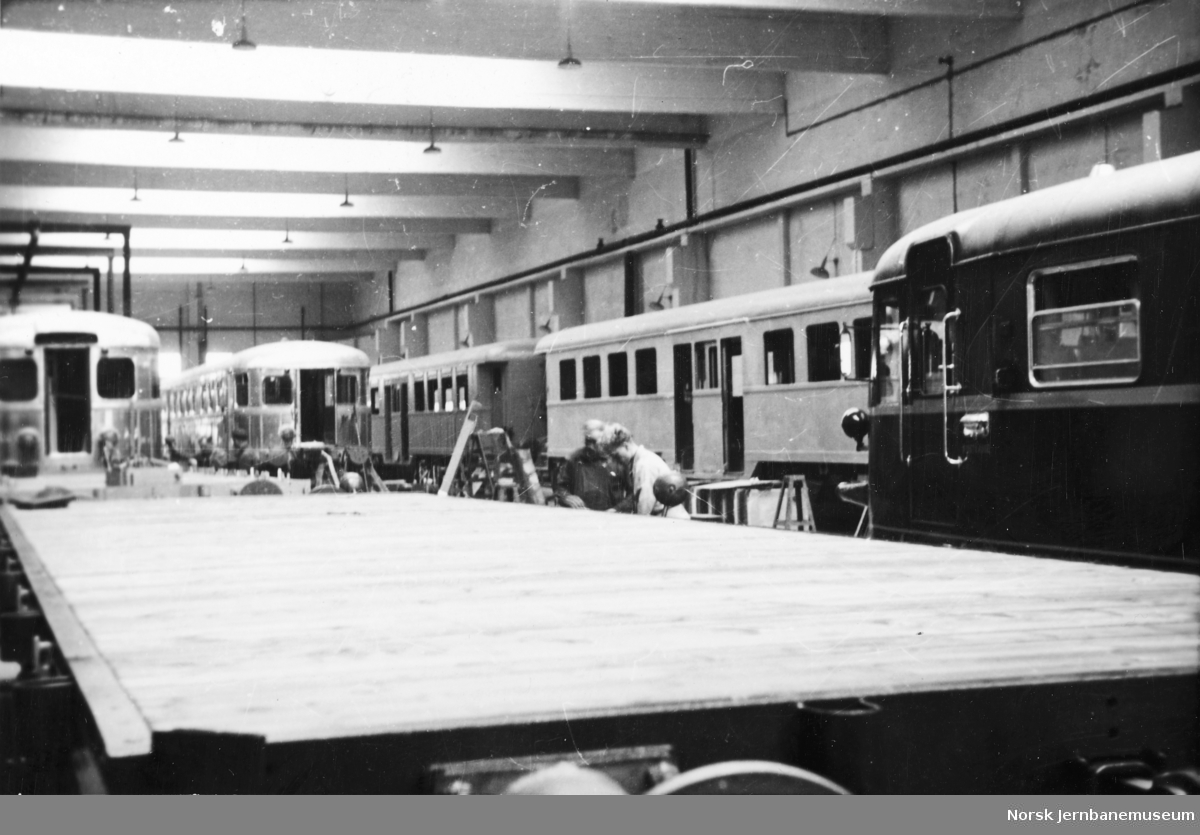Motorvogner type 6 (86) og 7 (87) samt mellomvogner type 107 (67) under bygging på Strømmens Værksted