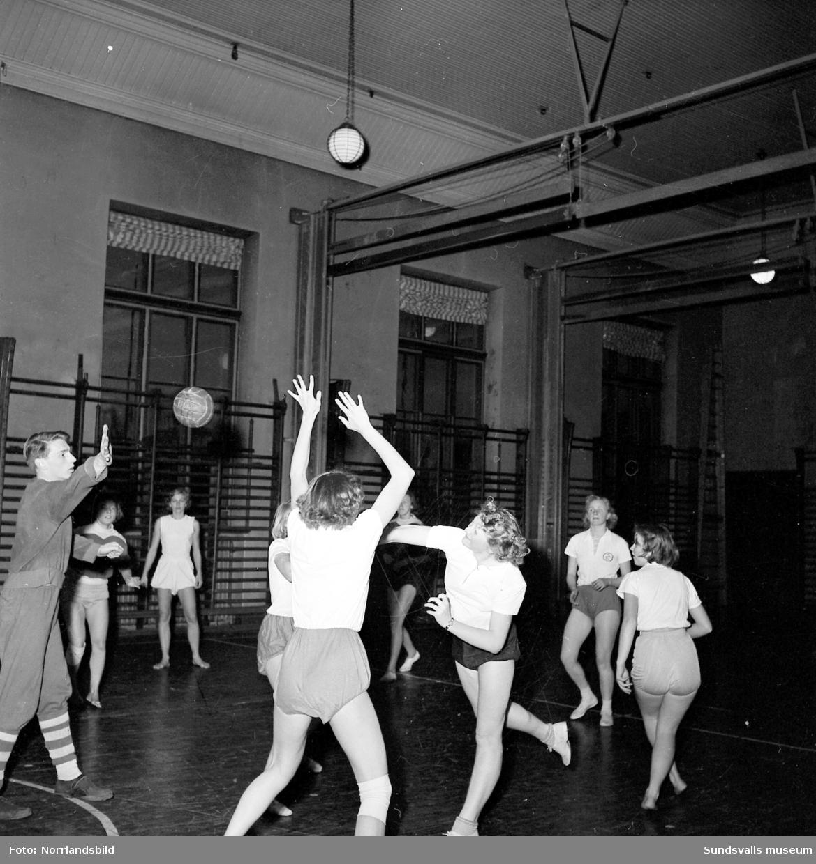 Handboll i läroverkets gymnastiksal.