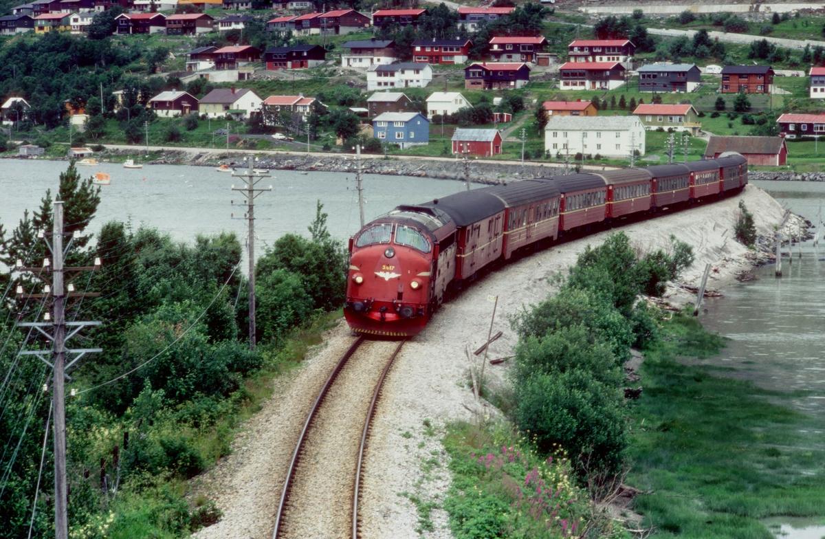 Sørgående dagtog 452 Bodø - Trondheim med NSB dieselelektrisk lokomotiv Di 3 617 og vogner type 3 på vei inn mot Mosjøen.