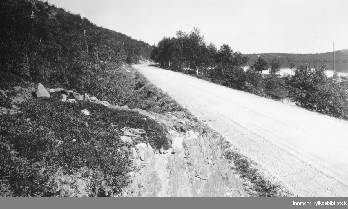 Parti av riksveien ved Sandnesvannet. Bildet er tatt av Chr. B. Heimbeck.