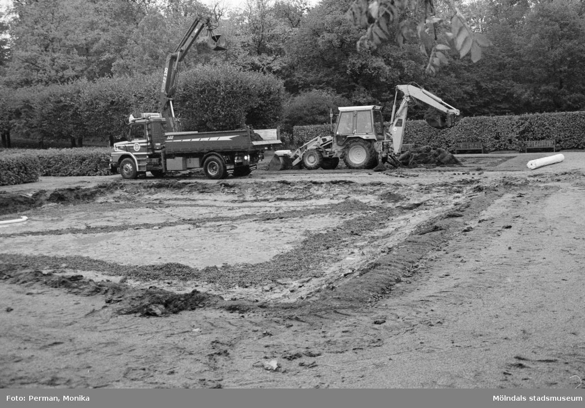 Dokumentation av anläggande av spelplaner på Gunnebo 1992-1993.Grävningen av östra planen startar.
