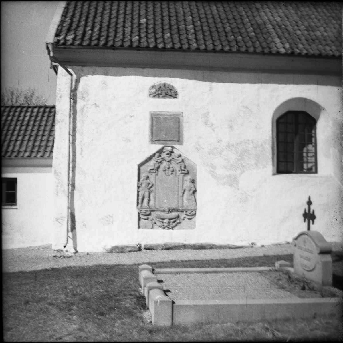 Gravstenar inmurade i kyrkans södra vägg. Siene kyrka