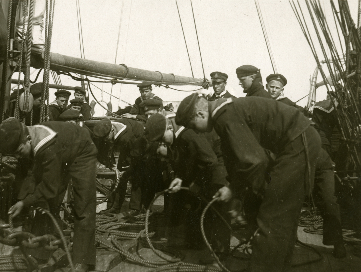 Sjömän ombord ett segelfartyg.