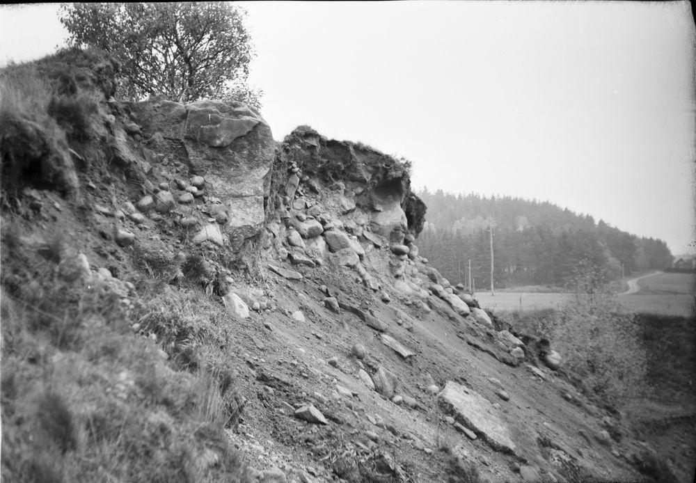 Hällkista vid grusgrop på Ingemarstorp. Här synes ena gravhällen. Nedrasad sidohäll.