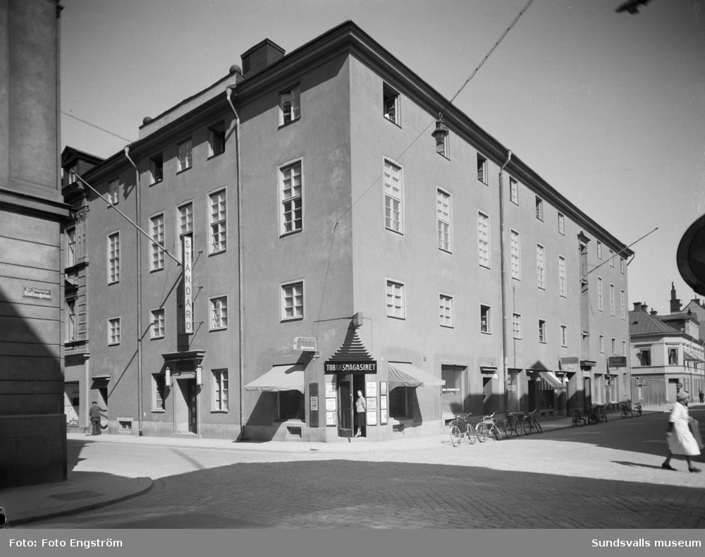 Folkets Hus i korsningen Nybrogatan-Rådhusgatan. Hotell Standard, frisör samt Tobaksmagasinet är inrymt i byggnaden.