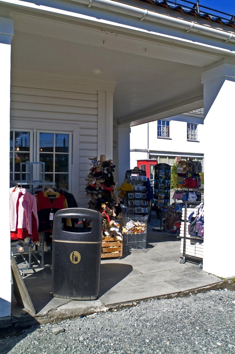 Telefonkiosken står ved Fløybanen i Bergen, og er en av de 100 vernede telefonkioskene i Norge. De røde telefonkioskene ble laget av hovedverkstedet til Telenor (Telegrafverket, Televerket). Målene er så å si uforandret.  Vi har dessverre ikke hatt kapasitet til å gjøre grundige mål av hver enkelt kiosk som er vernet.  Blant annet er vekten og høyden på døra endret fra tegningene til hovedverkstedet fra 1933. Målene fra 1933 var: Høyde 2500 mm + sokkel på ca 70 mm Grunnflate 1000x1000 mm. Vekt 850 kg. Mange av oss har minner knyttet til den lille røde bygningen. Historien om telefonkiosken er på mange måter historien om oss.  Derfor ble 100 av de røde telefonkioskene rundt om i landet vernet i 1997. Dette er en av dem.