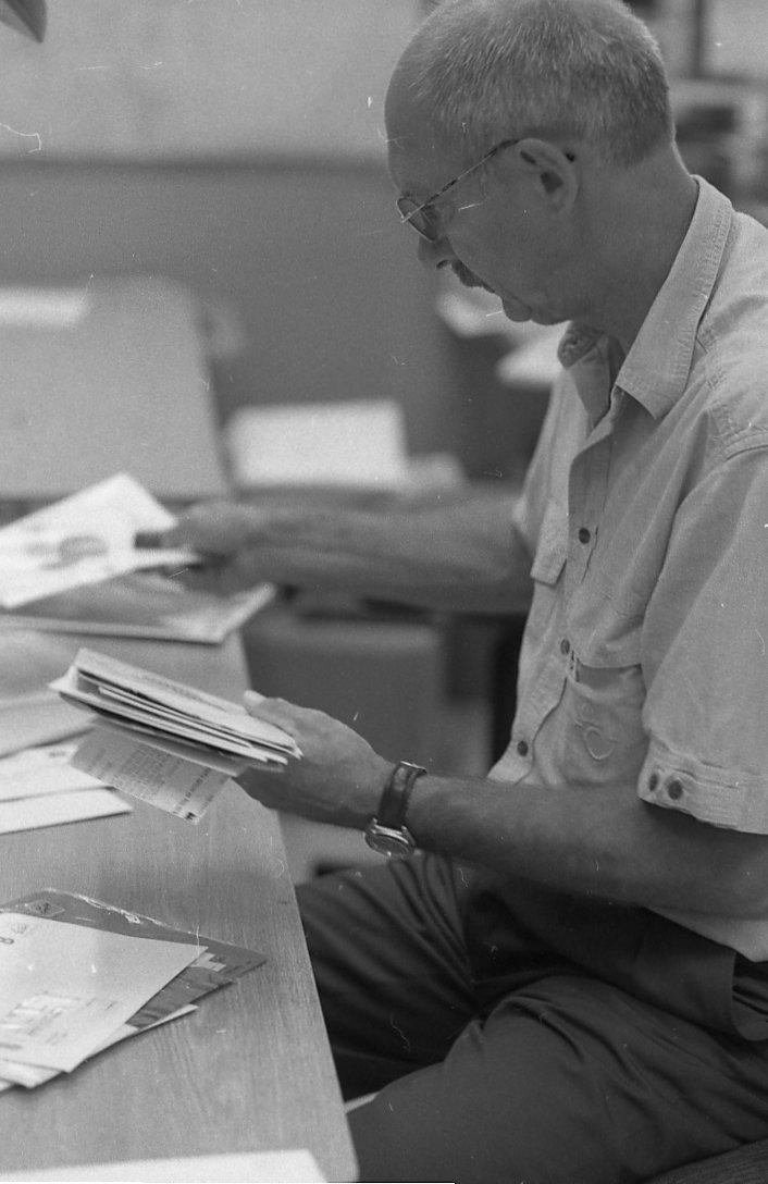 Dokumentation av en dag med en lantbrevbärare vid trakten av Valdermarsvik(Gryt). Ove Kaneberg följer Reinhold Andersson, en lantbrevbärare, under hans brevbärartur torsdagen den 7 augusti 1997.