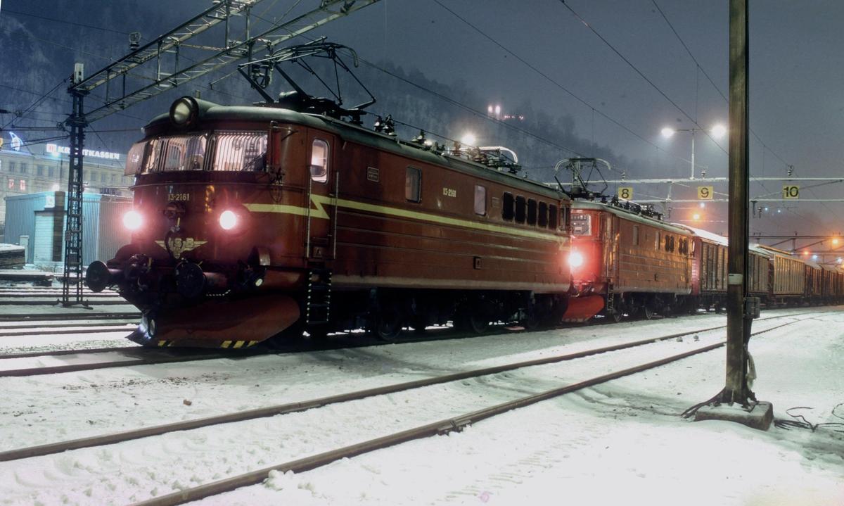 NSB godstog til Alnabru (kipptog) står klar på Loenga stasjon en vinterkveld med to lokomotiver type El 13.