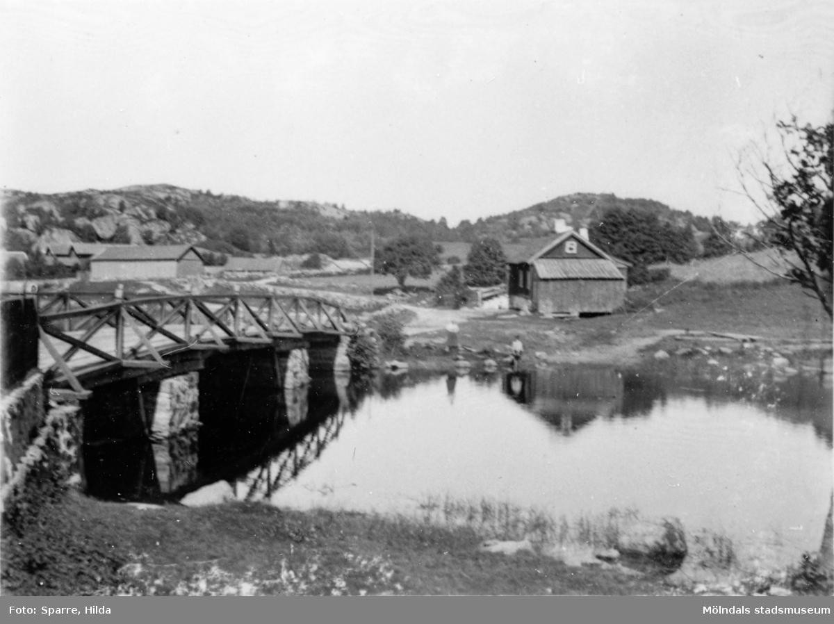 Vy från södra sidan av Gunneboån (Ståloppet) mot nordväst. I bakgrunden till vänster ses Christinedals ladugård. Se även 1991_0460.