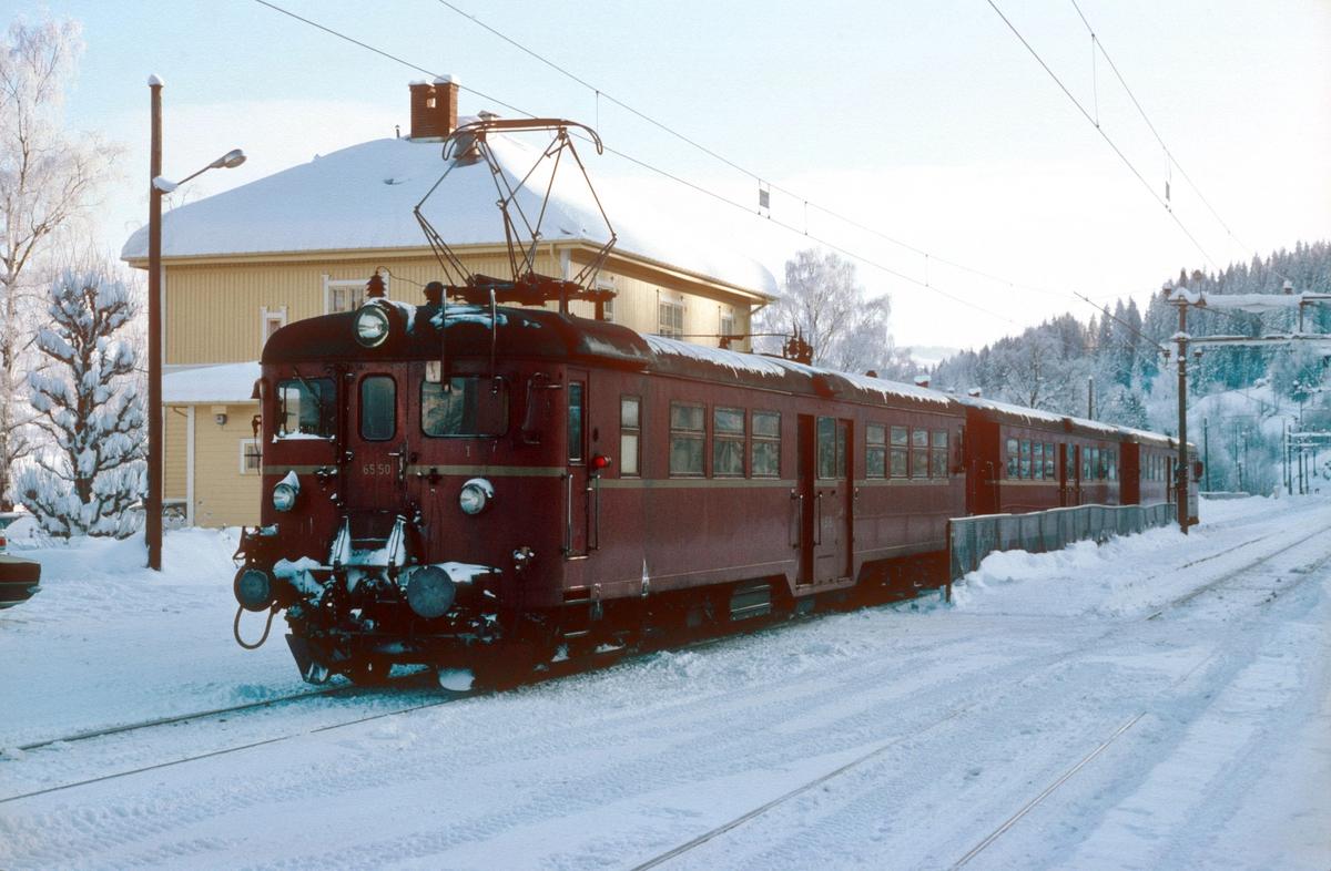 Persontog fra Jaren til Oslo S kjører inn på Roa stasjon en vinterdag. NSB elektrisk motorvognsett type 65c.