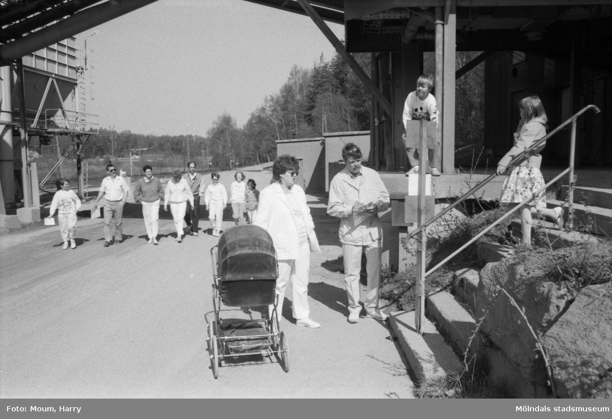 """Poängpromenad på Sabemas område i Kållered, år 1985. """"Här på bild syns närmast Roger Larsson och Ann-Christina Larsson med Madeleine-Anna i vagnen. Klättrar gör Johan 10 år och Jenny 7 år.""""  För mer information om bilden se under tilläggsinformation."""
