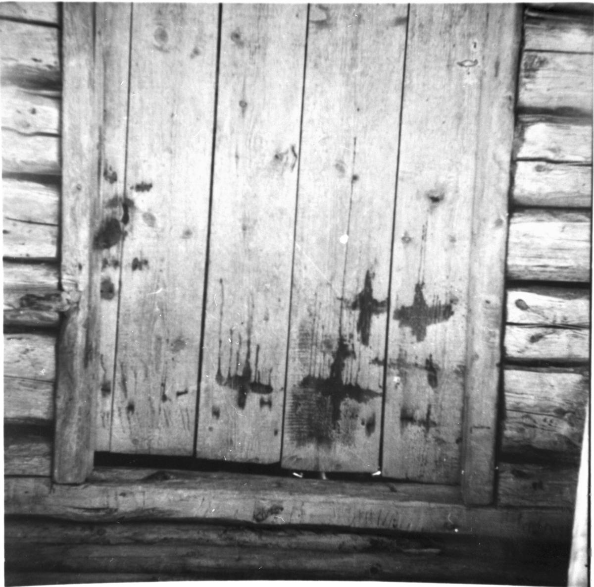 Stenserudskaserna i Stenserud. Bod-dörr påmålade.  Håbol