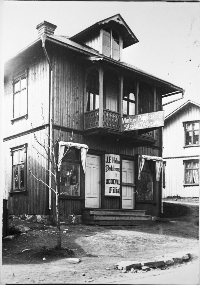Bengtsfors. Blenda Deshayer mode och pappersaffär och J O Hallmans bokhandel i Uddevalla filial.