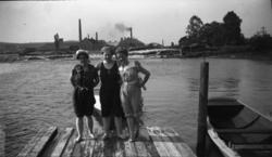 Fotoarkivet etter Gunnar Knudsen. Tre poserende kvinner i ba