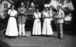 Fotoarkivet etter Gunnar Knudsen. Tre kvinner og to menn, so