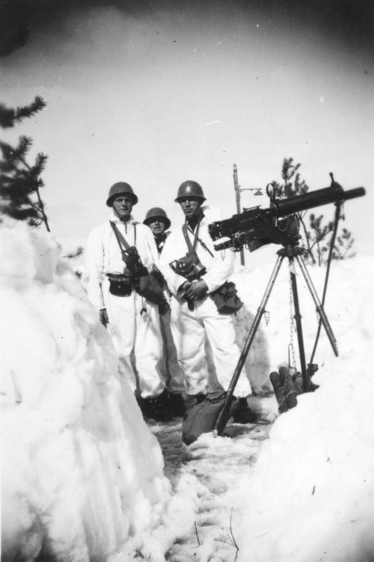 Soldater fra 1. Gardekompani i stilling ved Elverum jernbanestasjon med Colt-mitraljøse på luftvernstativ.