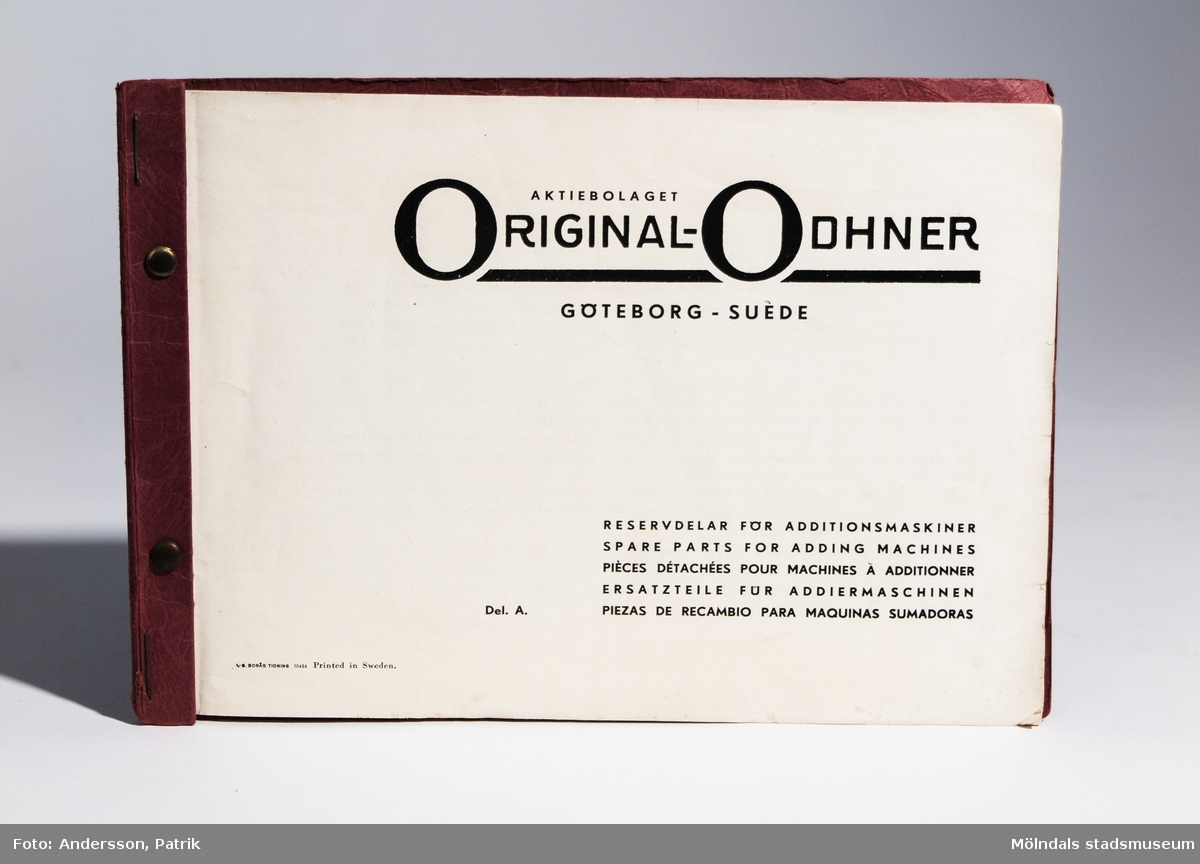 """Räknesnurran: Original-Odhner Arithmos Typ 5, tillverkad av Aktiebolaget Original-Odhner i Göteborg mellan 1919 - 1922.Texten: """"AKTIEBOLAGET ORIGINAL-ODHNER GÖTEBORG   Arithmos SVERIGE INREG. VARUMÄRKE  TYP 5   MADE IN SWEDEN"""", finns gjutet i räknesnurran.Vet inte av vem eller i vilket sammanhang räknesnurran har användts. Givare Eva-Lis Sundström från Kållered.Original-Odhner var en svensk tillverkare och ett varumärke som tillverkade den så kallade räknesnurran. Företaget var verksamt i Sverige 1918 - 1972. Det var svensken Willgodt Odhner som uppfann räknesnurran, en apparat som kunde hantera alla de fyra räknesätten.Principen med den nya uppfinningen är att räknesnurran har ett system av så kallade pinnhjul med ett föränderligt antal kuggar. Genom inställningsarmar regleras antalet kuggar som är i funktion. Uppfinningen togs sedan efter av flera andra tillverkare. W. Odhners räknesnurra fick därför namnet Original-Odhner, för att kunna hålla isär från kopiorna.Svensken W. Odhners öppnade först två fabriker i Sant Petersburg mellan 1886-1894. När han dog i september 1905 övertogs företaget av sonen Alexander Hj. Odhner (1873-1918) och svärsonen Karl Siewert. 1912 ombildades Original-Odhner till ett familjeföretag. Några år senare lyckades man flytta tillverkningen till Sverige.Det var A. Odhners sysslingar, bröderna Sven och Erik Wingquist från SKF som tog familjeföretaget Original-Odhner till Göteborg.  Den 1 februari 1918 skrevs kontraktet under, av E. Wingquist, A. Odhner och K. Siewert och Original-Odhner slog upp sina portar.MåttLängd: 195 mm, Bredd: 255 mm Höjd: 140 mm"""