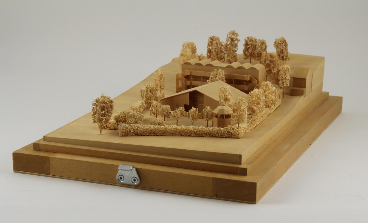 Modell av posthuset på Yxlan i Stockholms norra skärgård. Modellen är tillverkad i omålat trä. Till huset hör en transportlåda och en plexiglas monter.