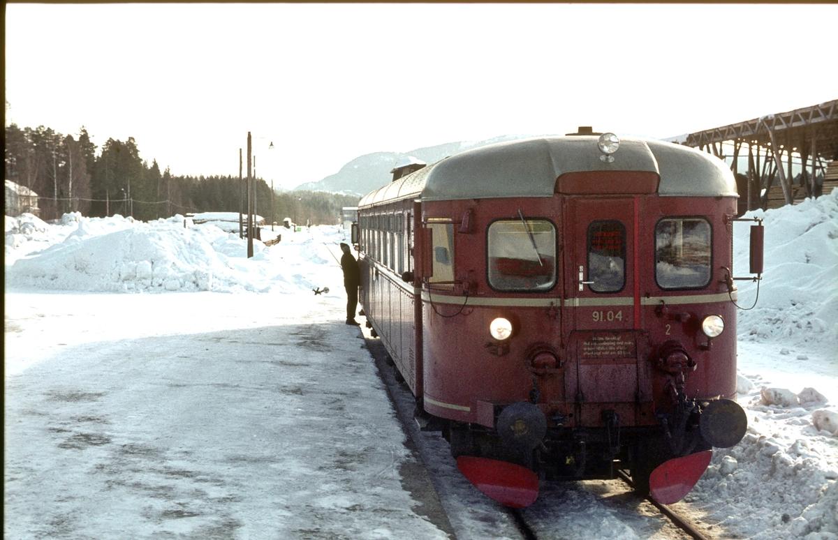 NSB dieselmotorvogn BM 91 04 på Flesberg stasjon i tog Kongsberg - Rødberg.