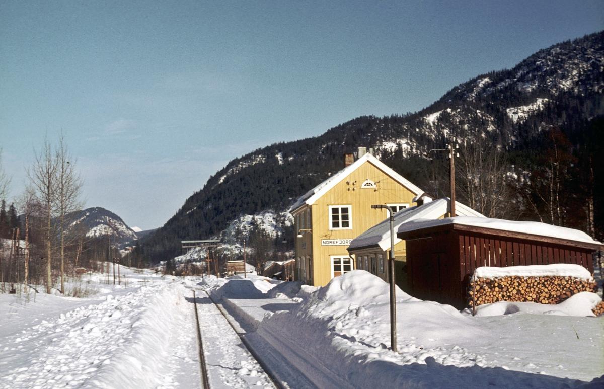Norefjord stasjon, Numedalsbanen. Numedal. Stasjonsbygning,  uthus, tømmerkran.