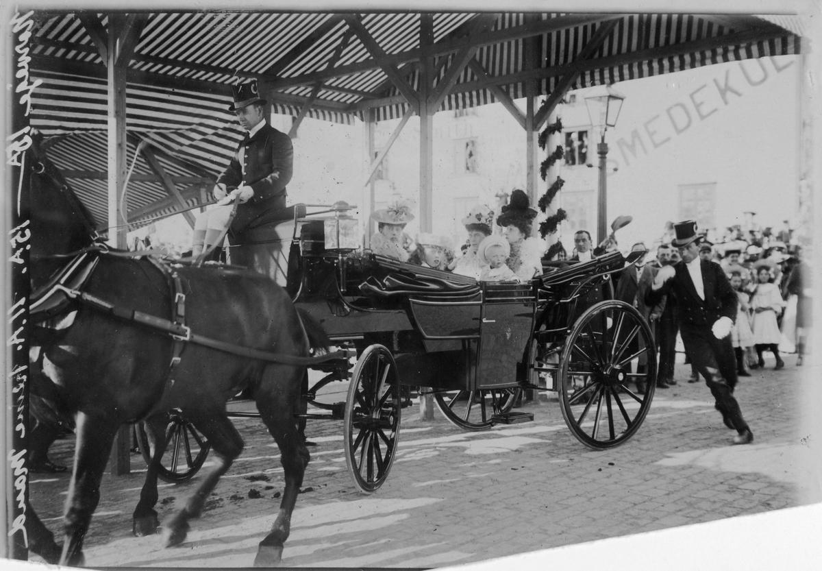 Fra krongingshøytidlighetene i Trondheim i dagene 22. -  25. juni 1906. Kongelig ekvipasje i Ravnkloa.