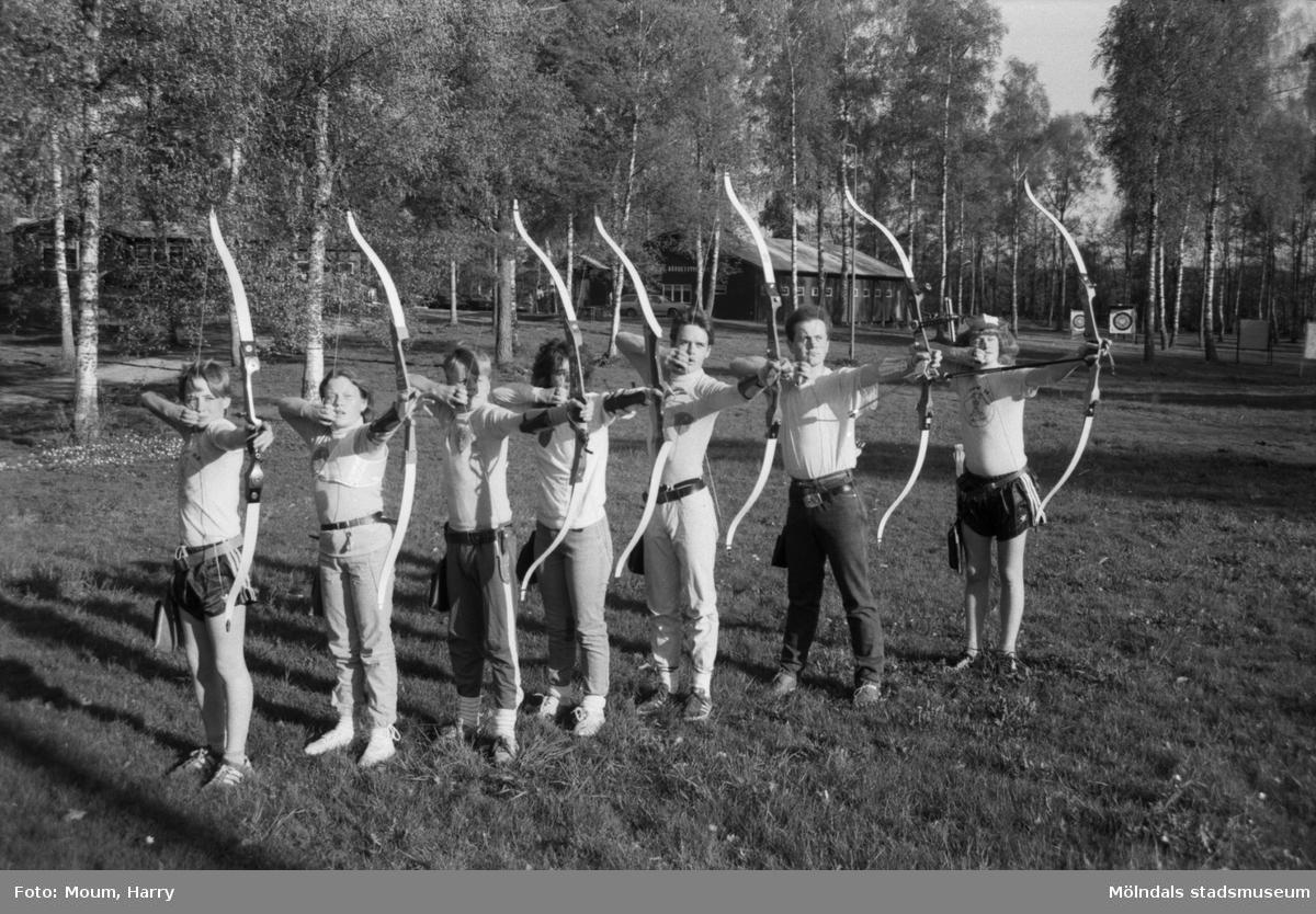 """Bågskyttar i Lindome bågskytteklubb, år 1985. """"Mikael Lundin, Petra Ericsson, Jonas Henriksson, Susann Lindström, Henrik (?) , Peter Henriksson, Morgan Lundin.""""  För mer information om bilden se under tilläggsinformation."""