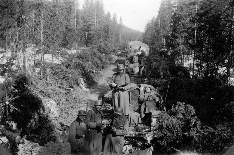 Tysk soldater før kampen ved Åsta venter på å gå til angrep. Foto, Øyvind Leonsens billedsamling
