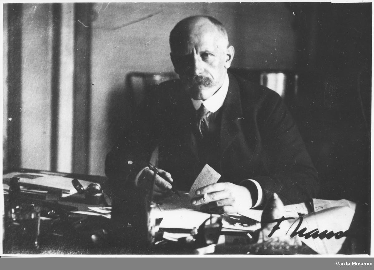 Fridtjof Nansen ved skrivebordet hjemme hos sin vert godseieren Peter Ivanovich Godalov.