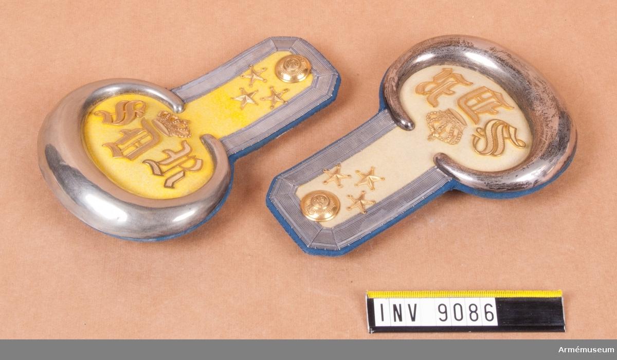 Med gul matta i kragens färg på vapenrocken och med foder i vapenrockens färg. Galon i silver kring övre delen, plåt kring den nedre delen av försilvrad metall. Motiv: S D R.