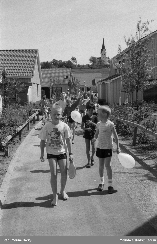 Firande av Kyrkängens dag i Lindome, år 1985.  För mer information om bilden se under tilläggsinformation.