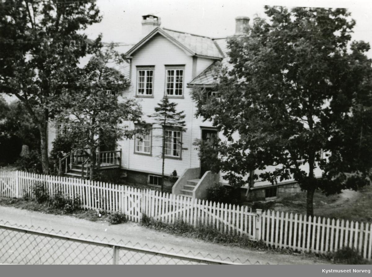 "Rørvik - Eiendommen ""Rosenborg"", ""Promenadecafeèns"" tidligere lokaler øverst i Dahlseths gate"