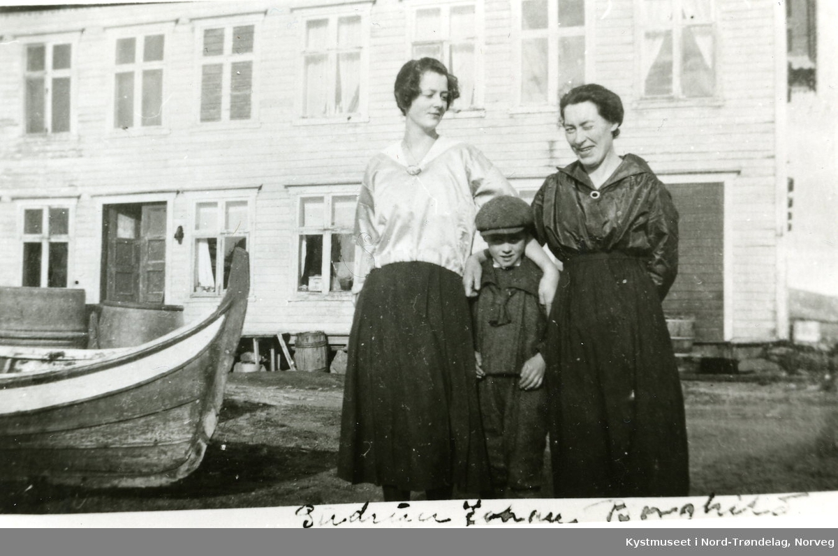 Rørvik - foran Hotell Trudvang, Gudrun, Johan, Borghild Inderberg?