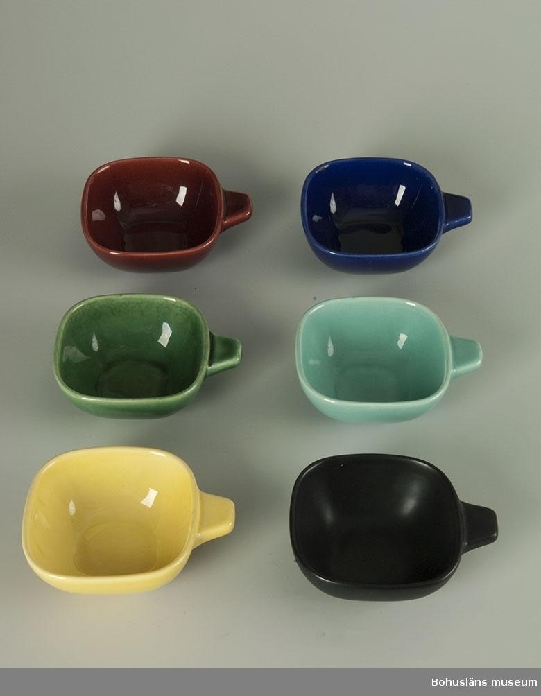 """Sex närmast kvadratiska skålar med ett utstickande kant handtag vid ena  kanten. Samtliga identiska i formen men med olika färger. UM018511:1 röd, :2 grön, :3 gul, :4 blå, :5 turkos och :6 svart. UM018511:1 och UM018511:4 stämplade i botten """"SYCO 1217 Sweden"""" med relief ingjutet i godset."""