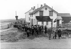 17.mai feiring på Haugnes 1956 med Andenes Musikkorps. Foran f.v; Willy Hartvigsen, Valberg Pettersen, Ole Blix, Harald Osenbroch. Huset tilhrte Oskar Toften. Huset bak Einar AAnes.