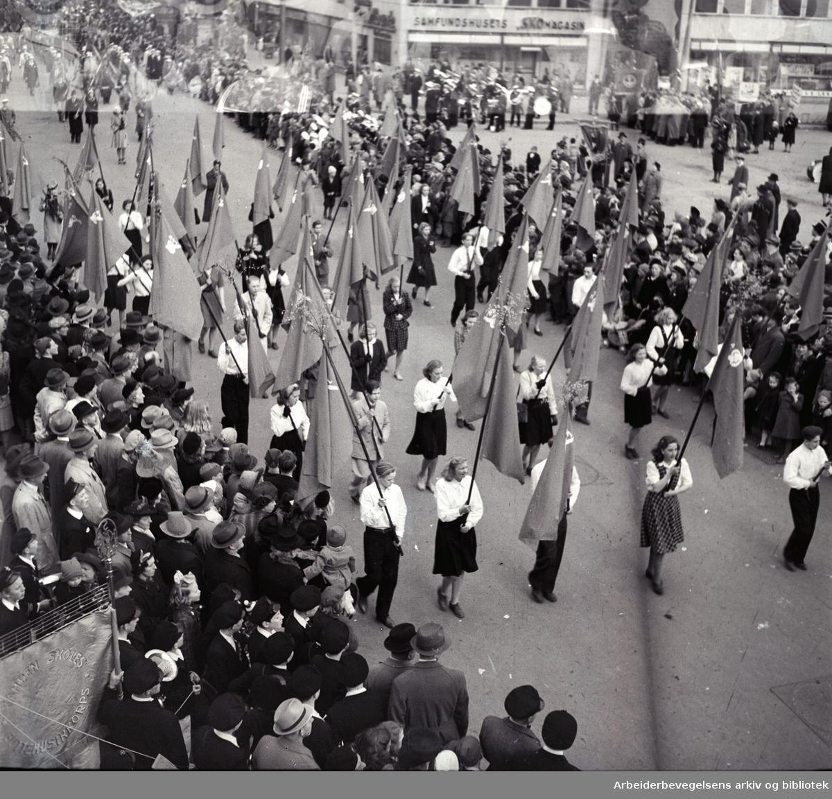 1. mai 1947, demonstrasjonstoget i Torggaten ved Samfundshuset.
