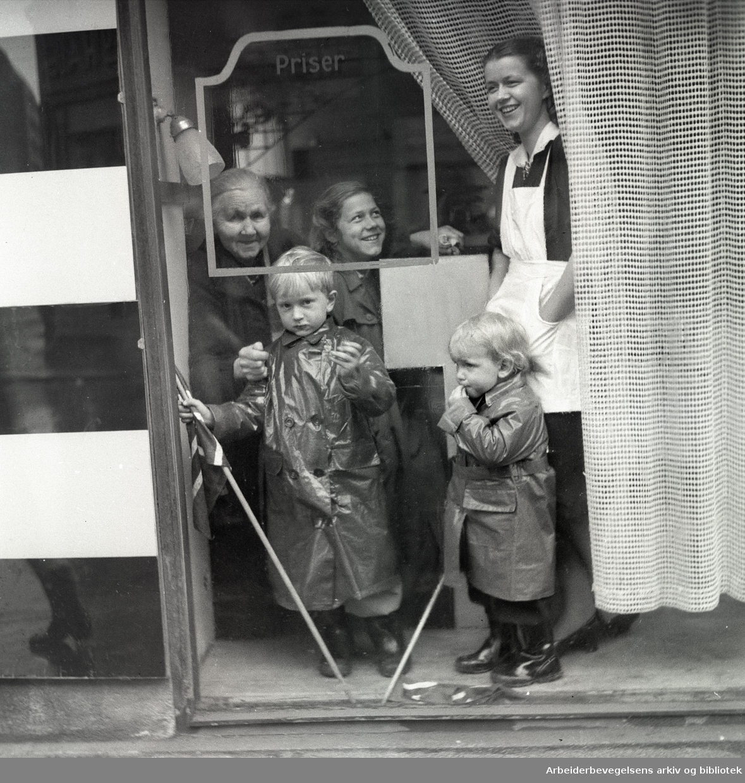 1. mai i Oslo 1948.Barneparkering i det gamle Arbeideramfundet..Oslo Arbeidersamfunn.Barn i lek..