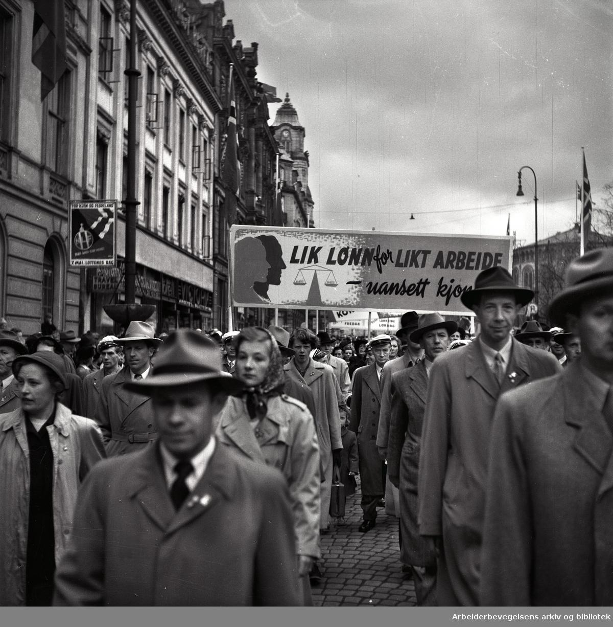 1. mai 1952 i Oslo.Demonstrasjonstoget.Parole: Lik lønn for likt arbeide uansett kjønn!...