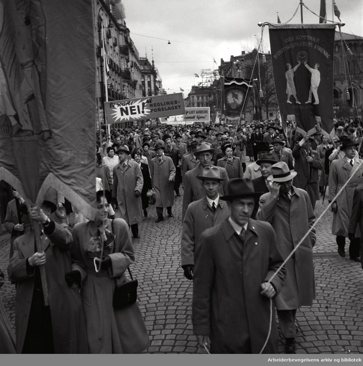 1. mai 1952 i Oslo.Demonstrasjonstoget.Fane: Oslo Kooperative Funksjonærers Forening.Fane: Oslo Kommune Badefunksjonærers Forening.Parole : Vi svarte nei! til meglingsforslaget..